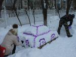 Родители украшают  участок к празднику